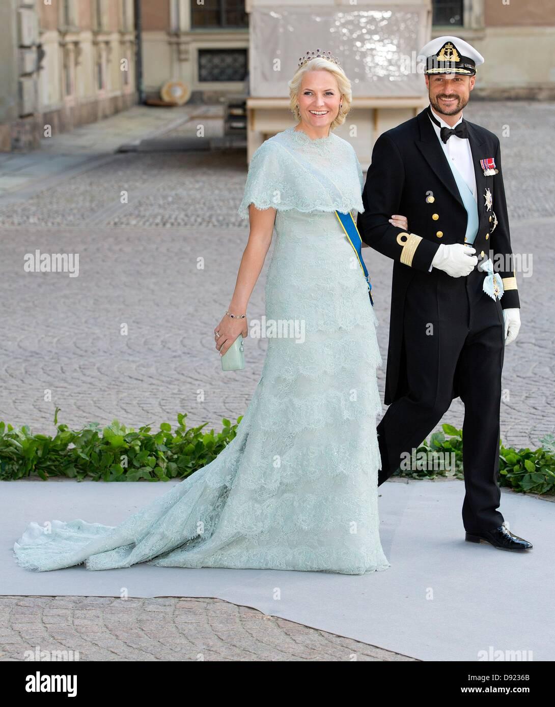 Beautiful Crown Princess Victoria Wedding Dress Festooning ...