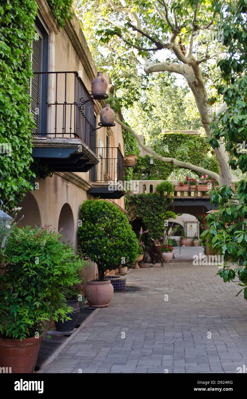 The courtyard of Tlaquepaque,  a unique artisan shopping complex in Sedona, Arizona. - Stock Image
