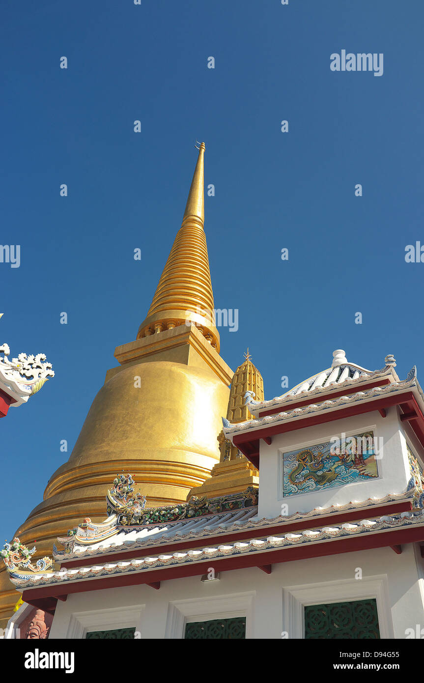 Golden Pagoda in Thai temple - Stock Image