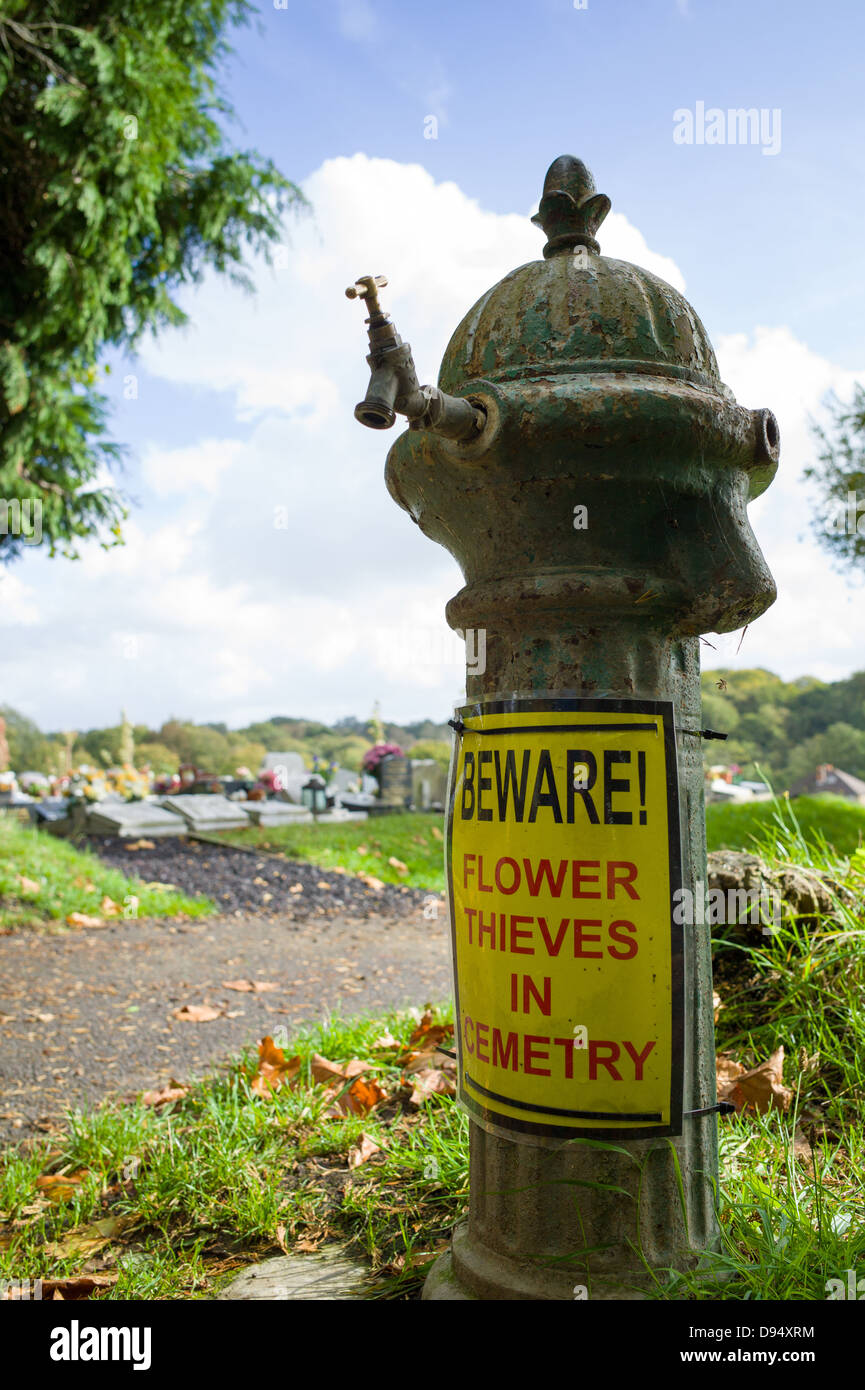 beware flower thieves in cemetry sign - Stock Image