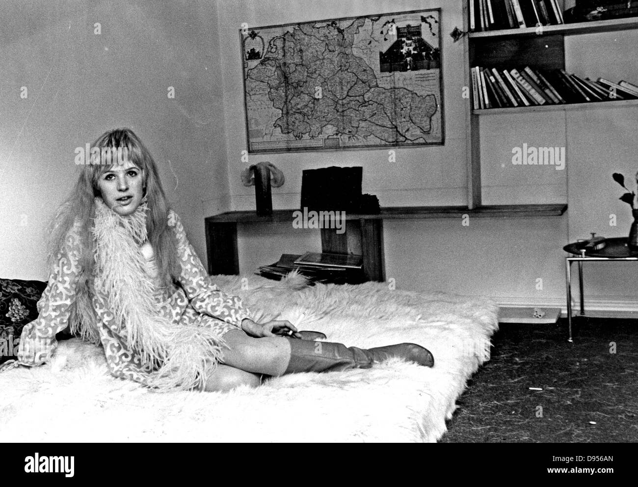 Pop singer 1960s stock photos pop singer 1960s stock images page marianne faithfull uk pop singer and film actress at her apartment in lennox gardenslondon thecheapjerseys Gallery