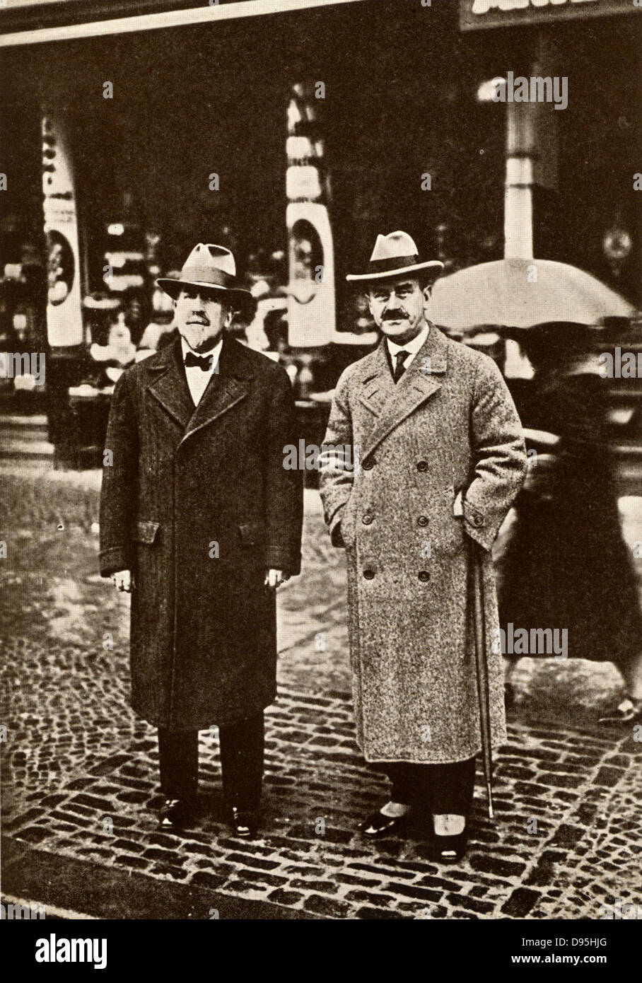 Heinrich Mann (1871-1950), left, and Thomas Mann (1875-1955) German novelists. In 1929 Thomas was awarded the Nobel - Stock Image