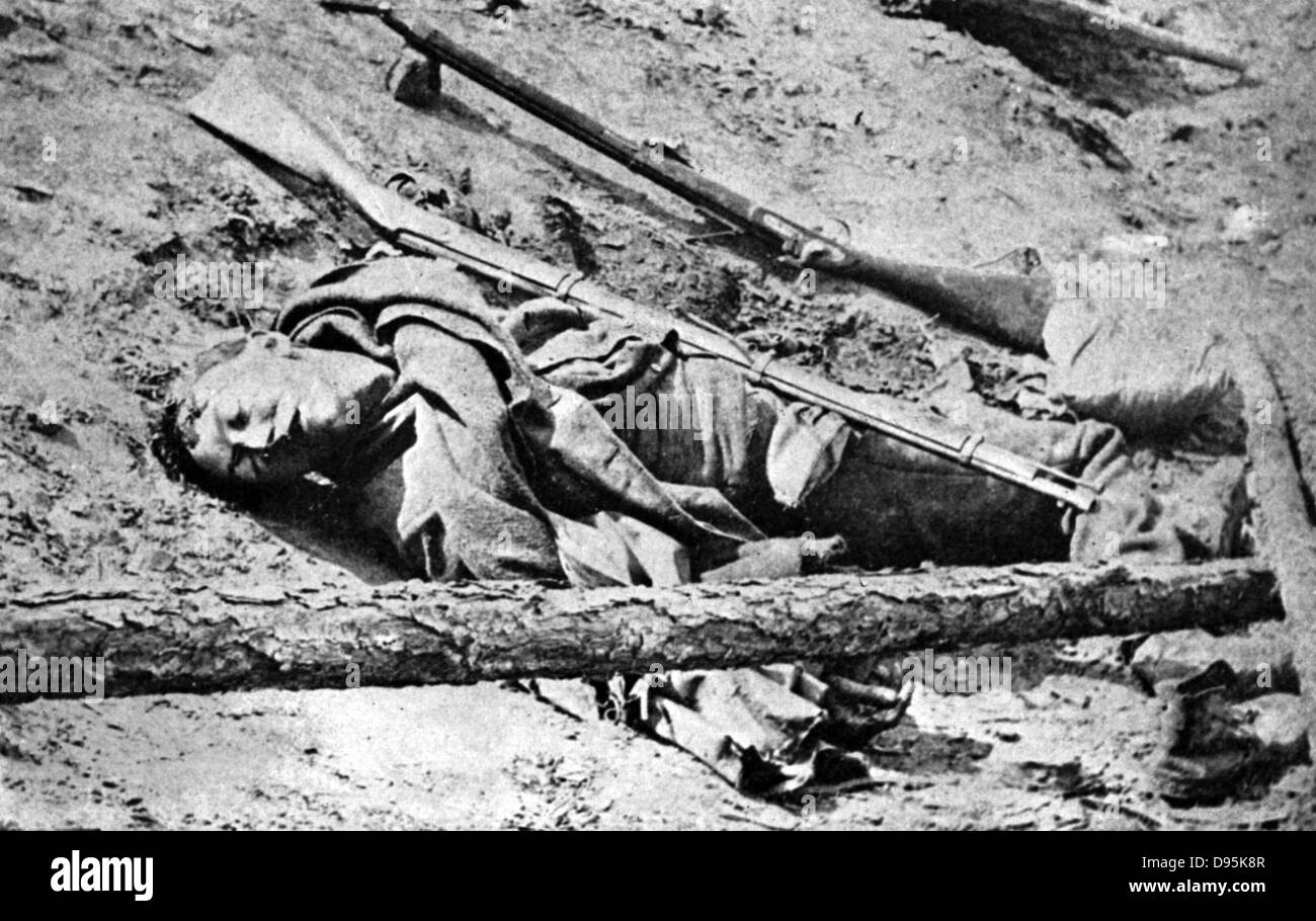 American Civil War: Dead soldier lying in road at Fredericksburg. Photographed by Matthew Brady 3 May 1863 - Stock Image