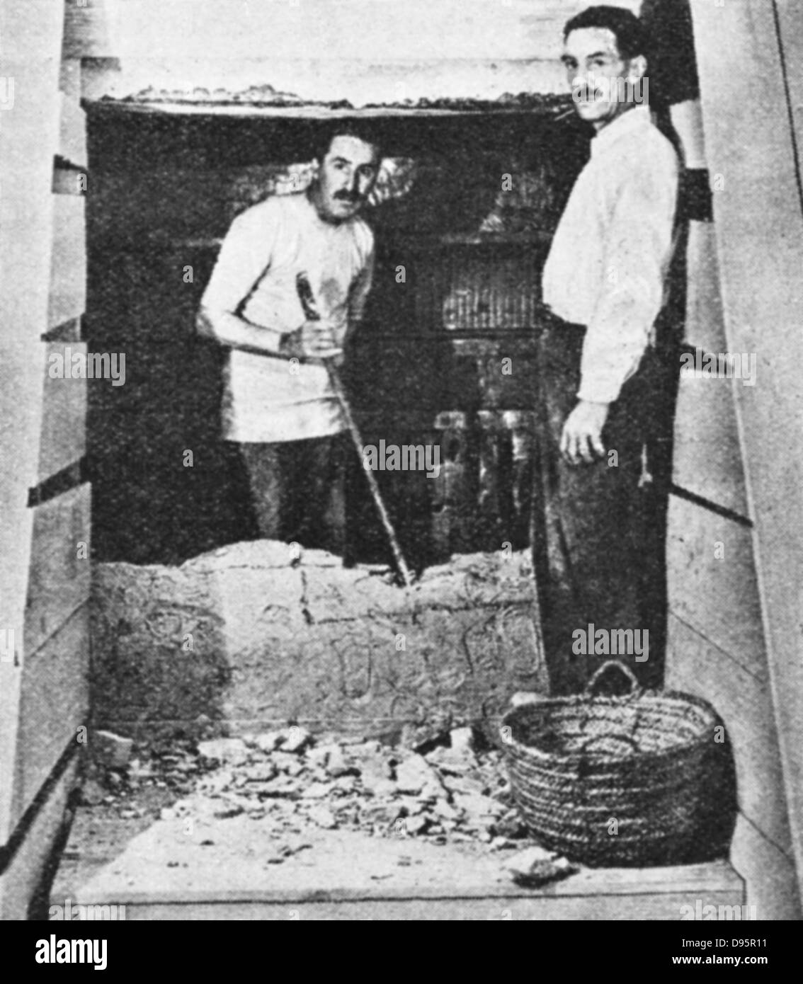 Howard Carter (left) reached the entrance to Tut'ankhamun's tomb at Luxor 1922-3 - Stock Image