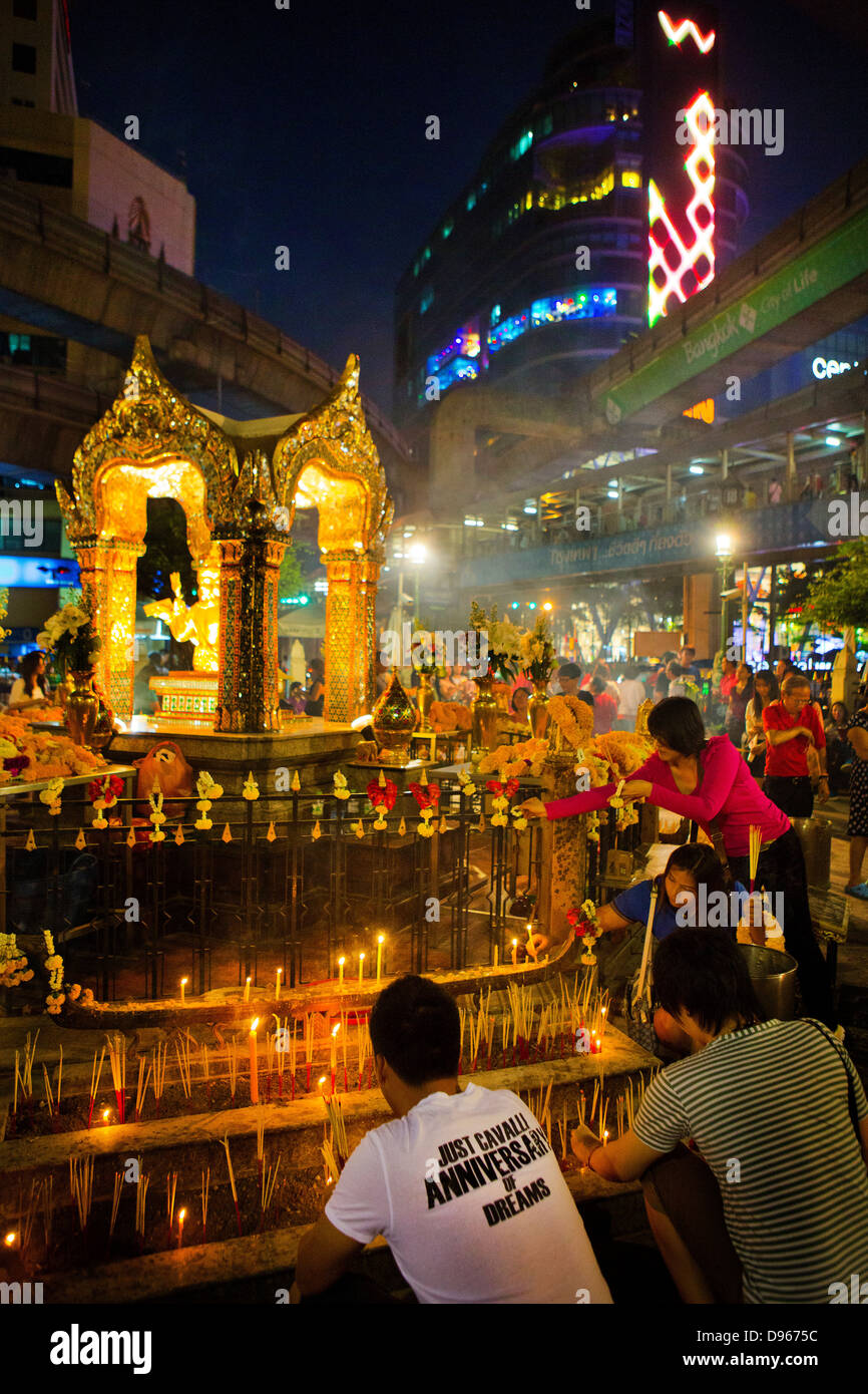 Worshipers in the Erawan Shrine, Bangkok. - Stock Image