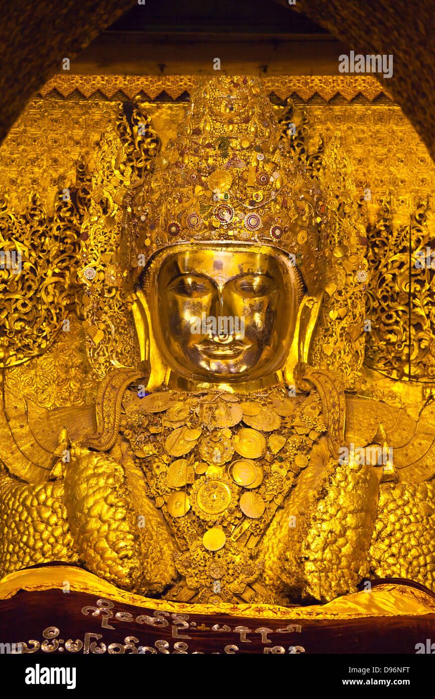 The much venerated MAHAMUNI BUDDHI inside the MAHAMUNI PAYA built by King Bodwpaya in 1784 - MANDALAY, MYANMAR Stock Photo