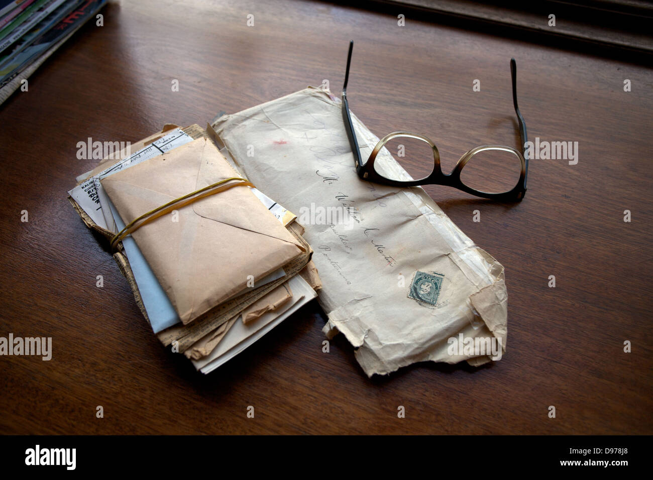 A selection of personal letters and a pair of reading glasses - Stock Image