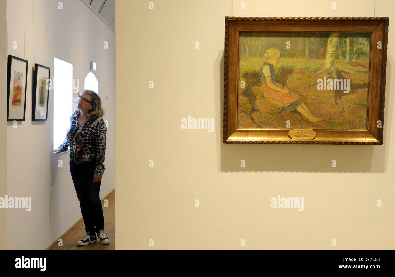 An employee of the Heinrich-Vogeler-Museum 'Barkenhoff' looks at paintings by Julie Wolfthorn (1764-1944) - Stock Image