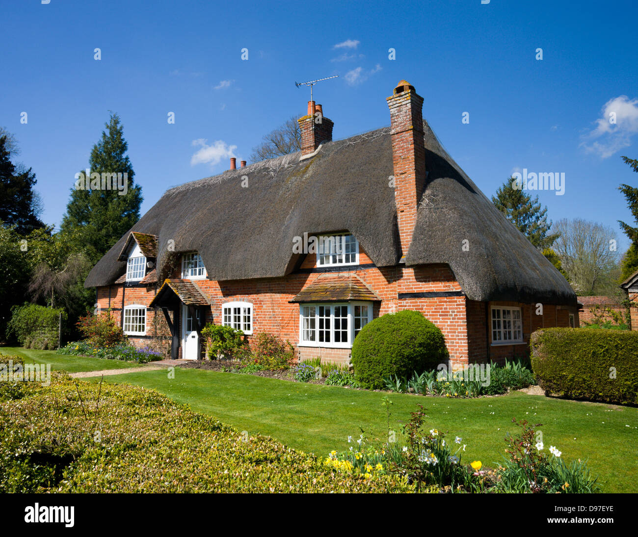 Pretty thatched cottage in the Hampshire village of Longparish, Hampshire, England. Spring (April) 2009 - Stock Image