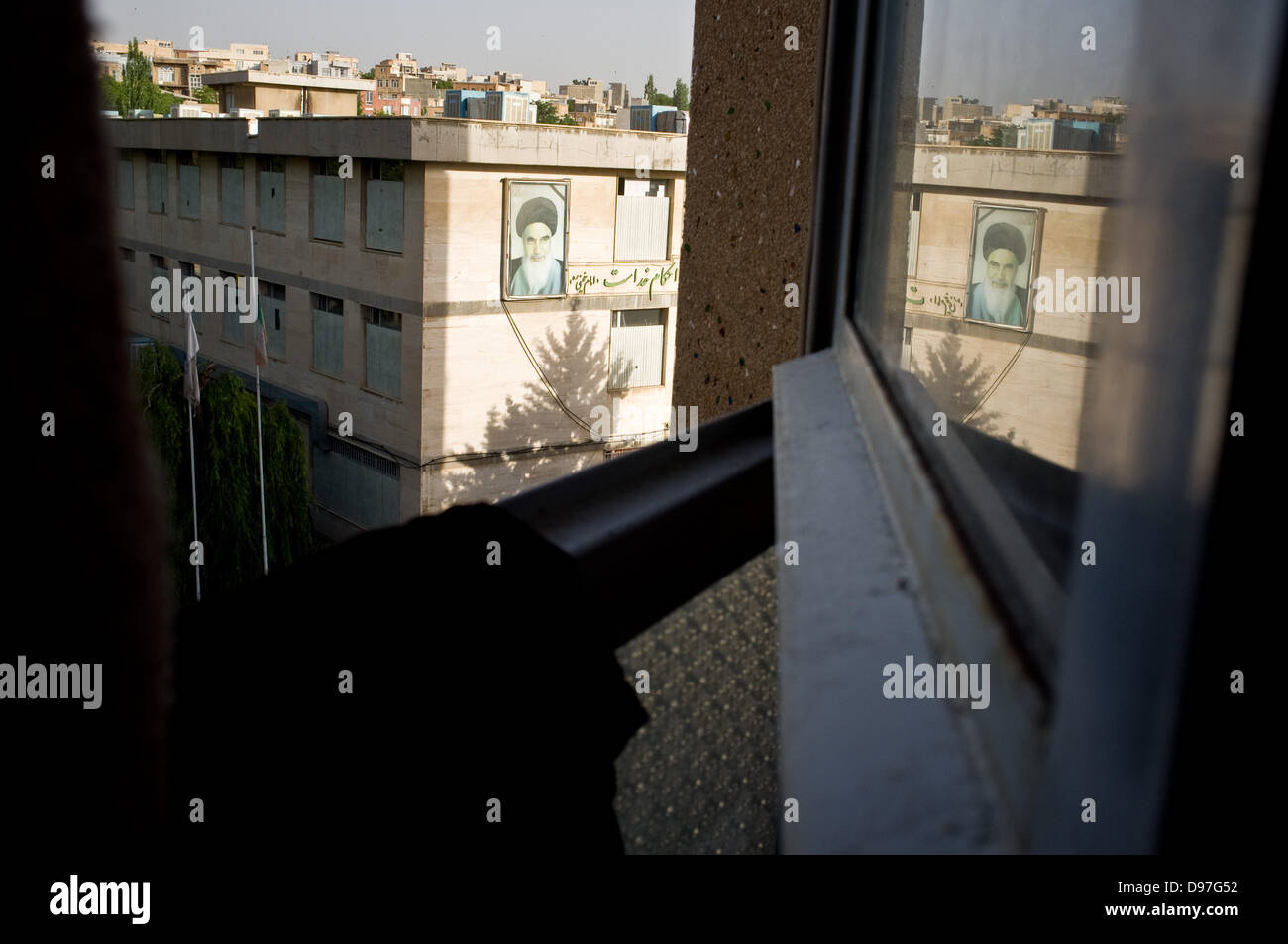 29/05/2013 - Sanandaj. The image of the leader of the Iranian Revolution Imam Khomeini on the wall of a building - Stock Image
