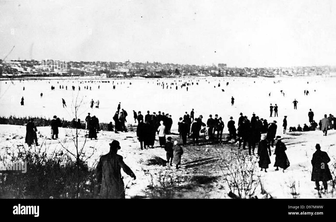 Ice skaters on Lake Union - Stock Image