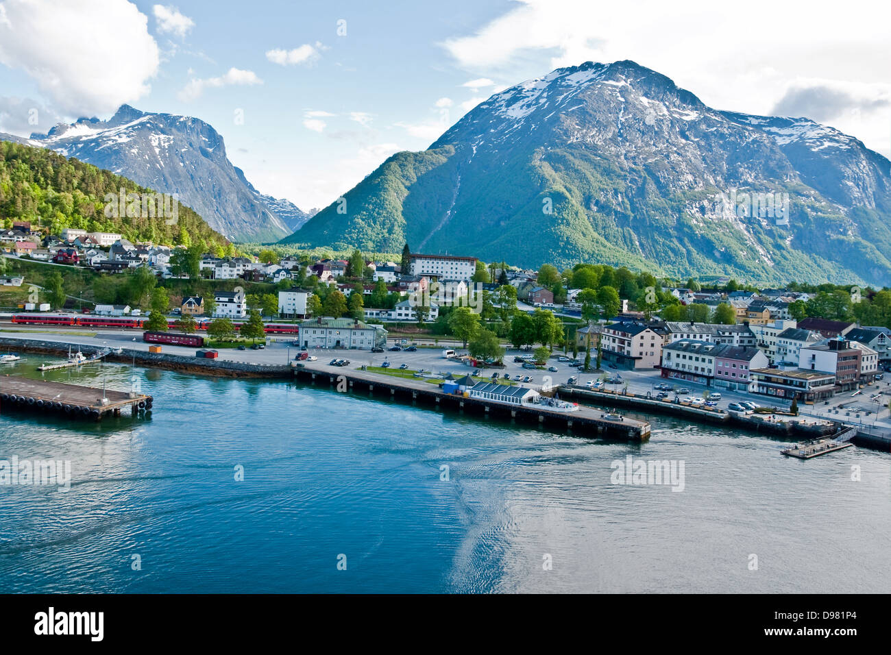 The town of Andalsnes enjoys an idyllic setting surrounded by the magnificent mountains of Norway's Fjordland - Stock Image