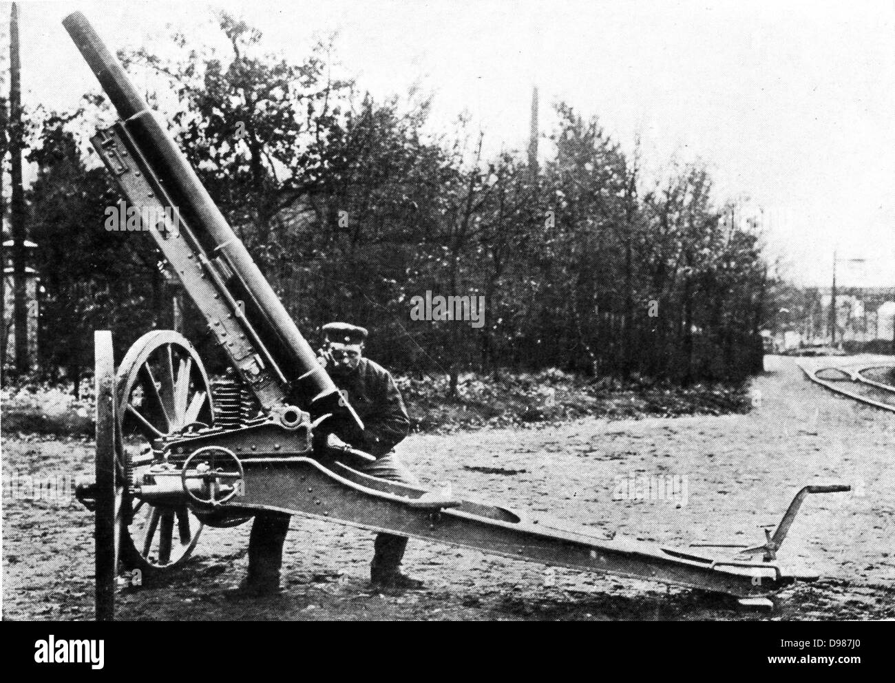 A German 21-centimeter siege mortar with caterpillar wheels. - Stock Image