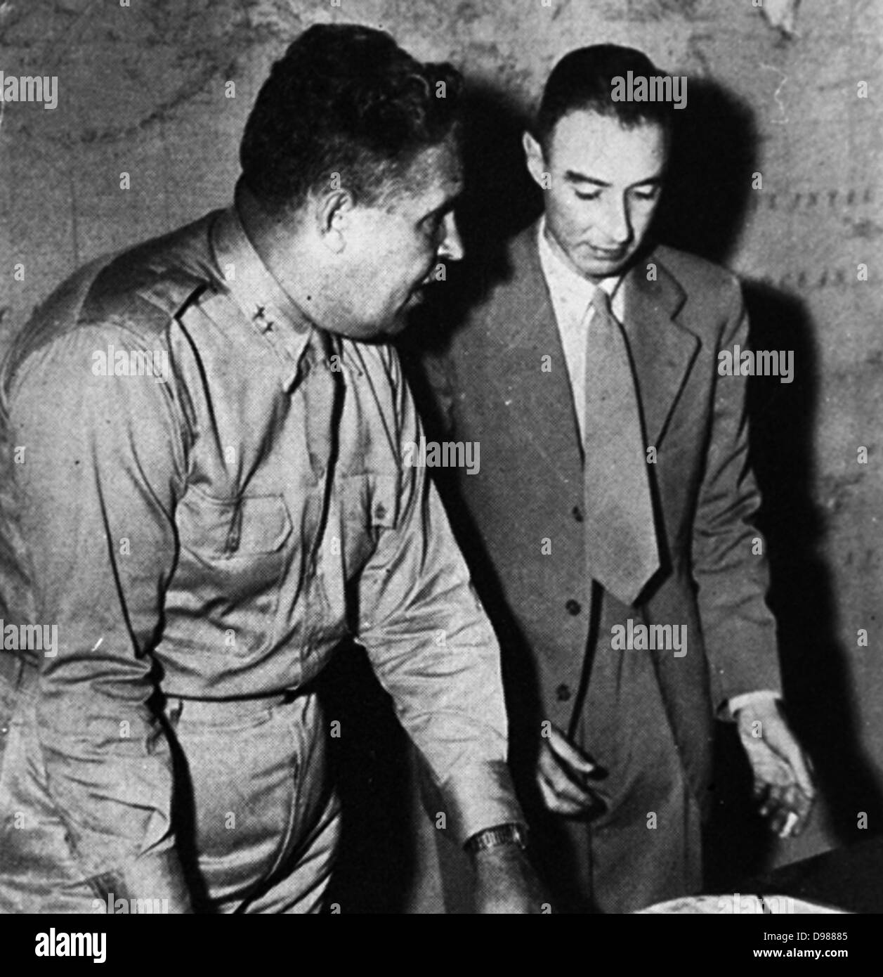 General Leslie Groves (left), military head of the Manhattan Project, with Prof. Robert Oppenheimer (right) - Stock Image