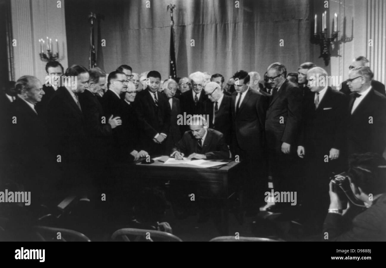 Lyndon Baines Johnson signing Civil Rights Bill, 11 April 1968. Photographer: Warren K Leffler. - Stock Image