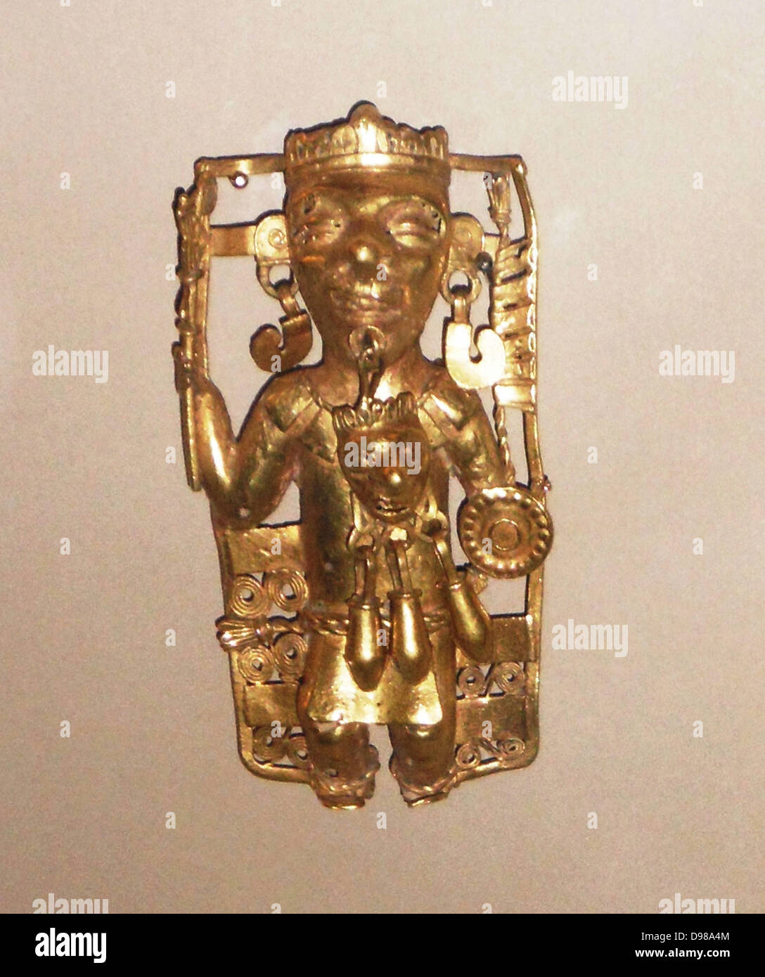 Gold pendant depicting a ruler with ritual regalia AD1200-1521.  This ruler, richly adorned with headdress necklace - Stock Image
