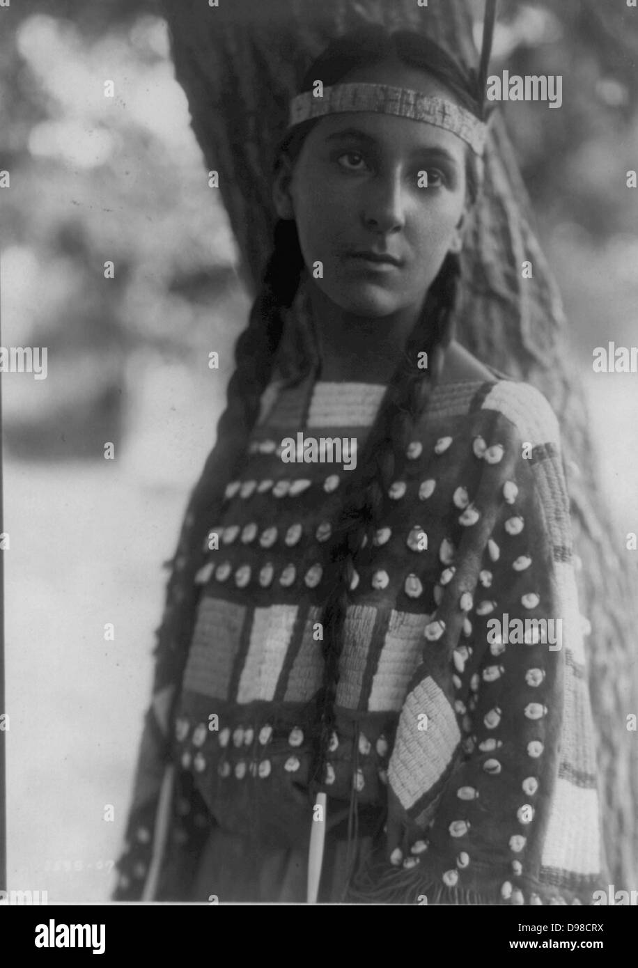 Young Native American woman, half-length, portrait, standing, facing front, 1907. - Stock Image