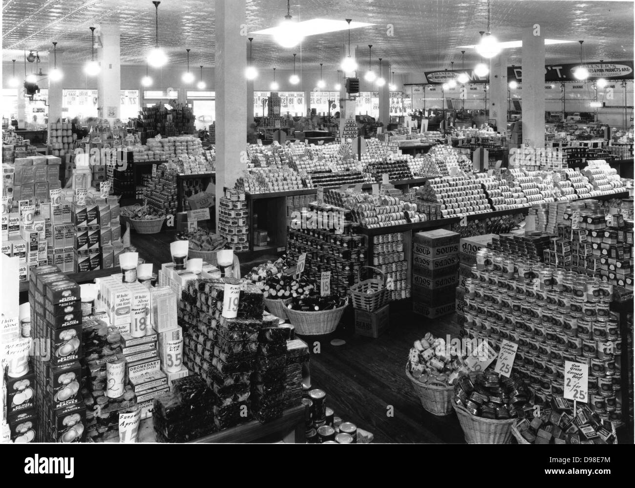 A well-stocked grocery store in America in the 1920s. - Stock Image