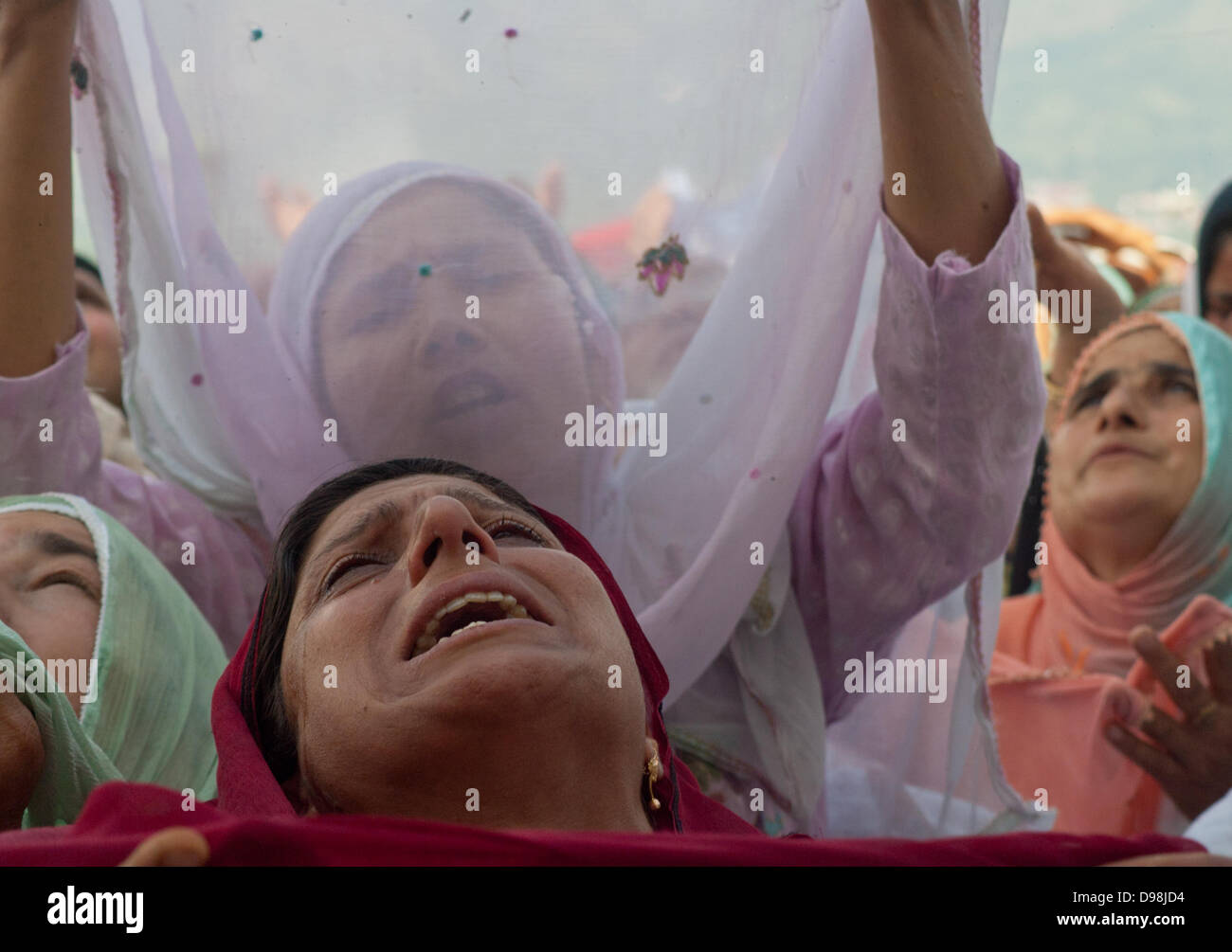Srinagar, Indian Administered Kashmir 14th june  2013.Women raise hands in prayers as a holy relic(unseen) of Prophet Stock Photo