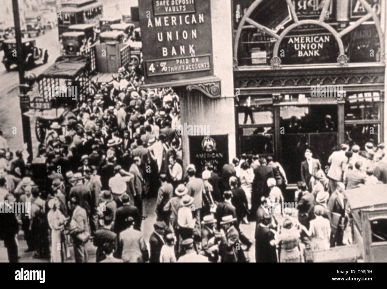 The American Union Bank collapses as crowds gather in a 'run on the bank' in the Great Depression. 1931 - Stock Image
