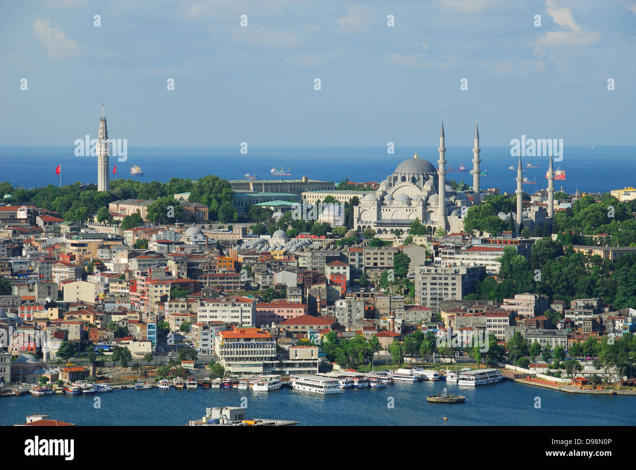 ISTANBUL, TURKEY. A view over the Golden Horn to the Beyazit fire tower (left) and the Suleymaniye Mosque (right). - Stock Image