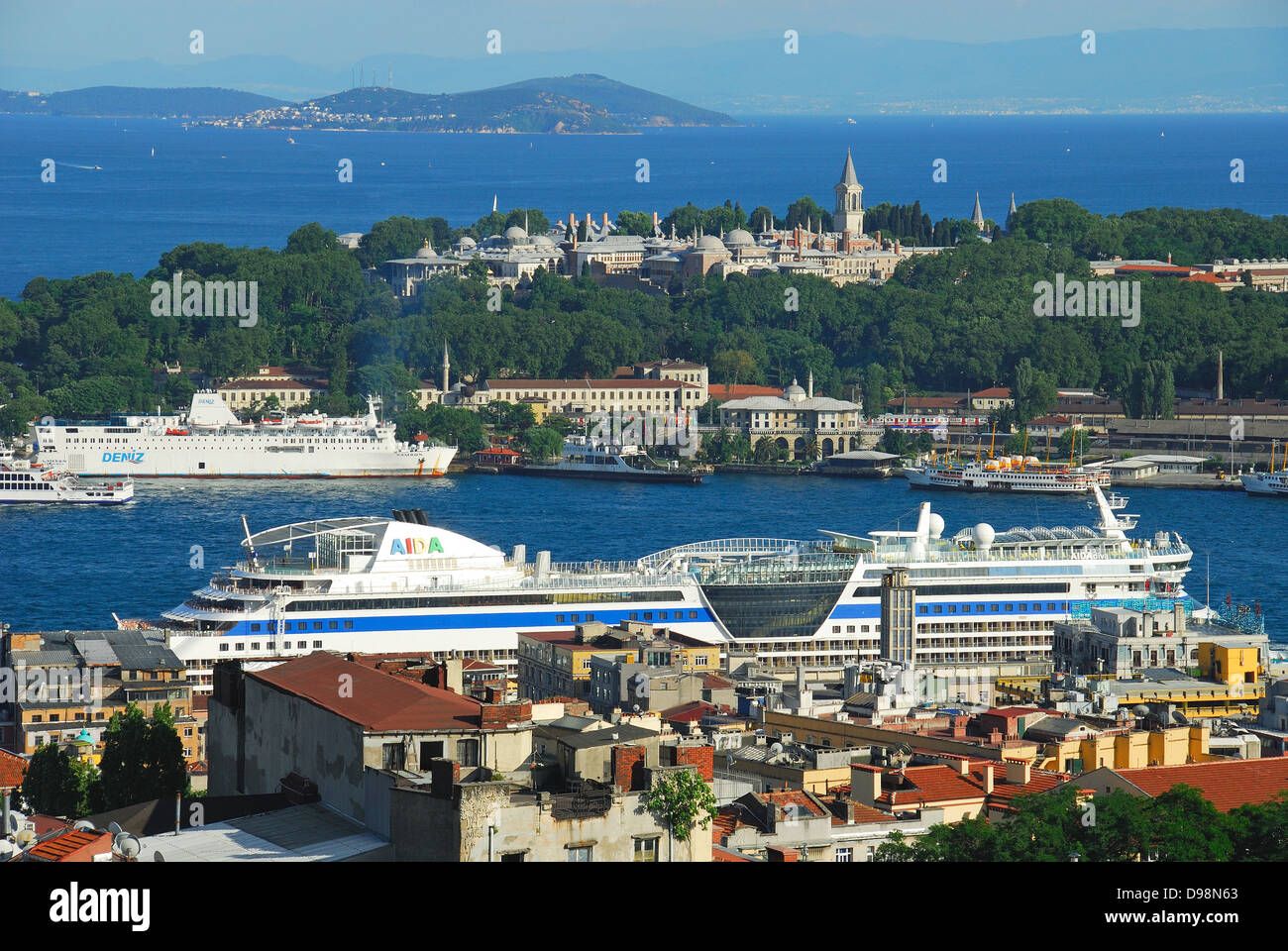 ISTANBUL, TURKEY. A view over the Golden Horn to Topkapi Palace, Gulhane Park and the Sea of Marmara. - Stock Image