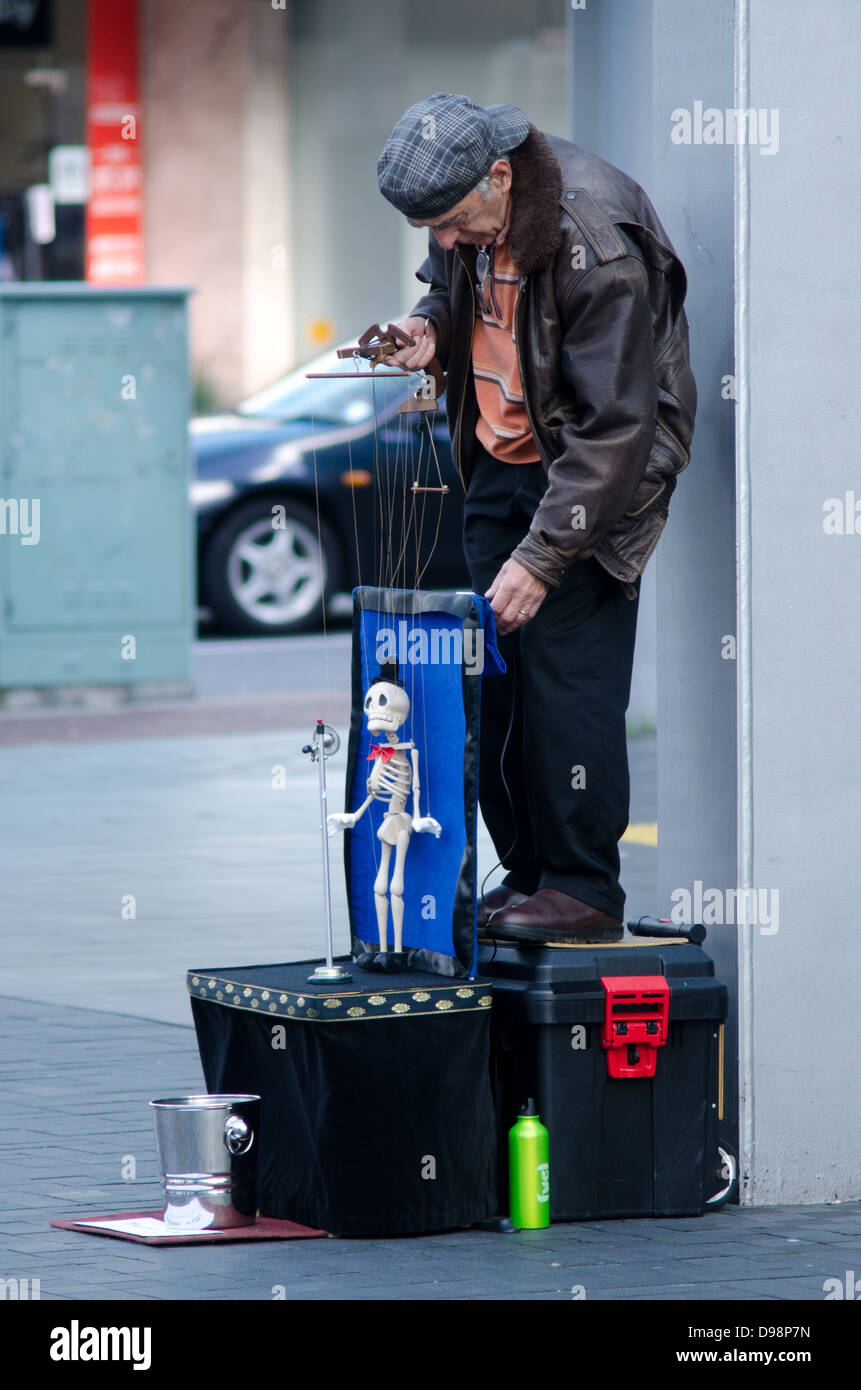 Puppeteer skeleton marionette busker in Auckland city, New Zealand - Stock Image