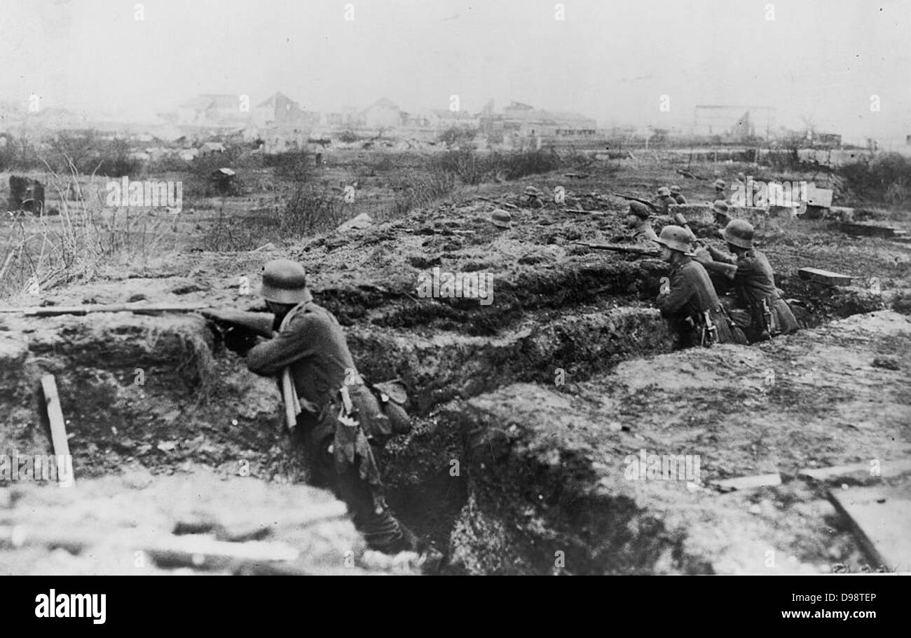 World War I 1914-1918: German soldiers entrenched on the edge of a town. - Stock Image
