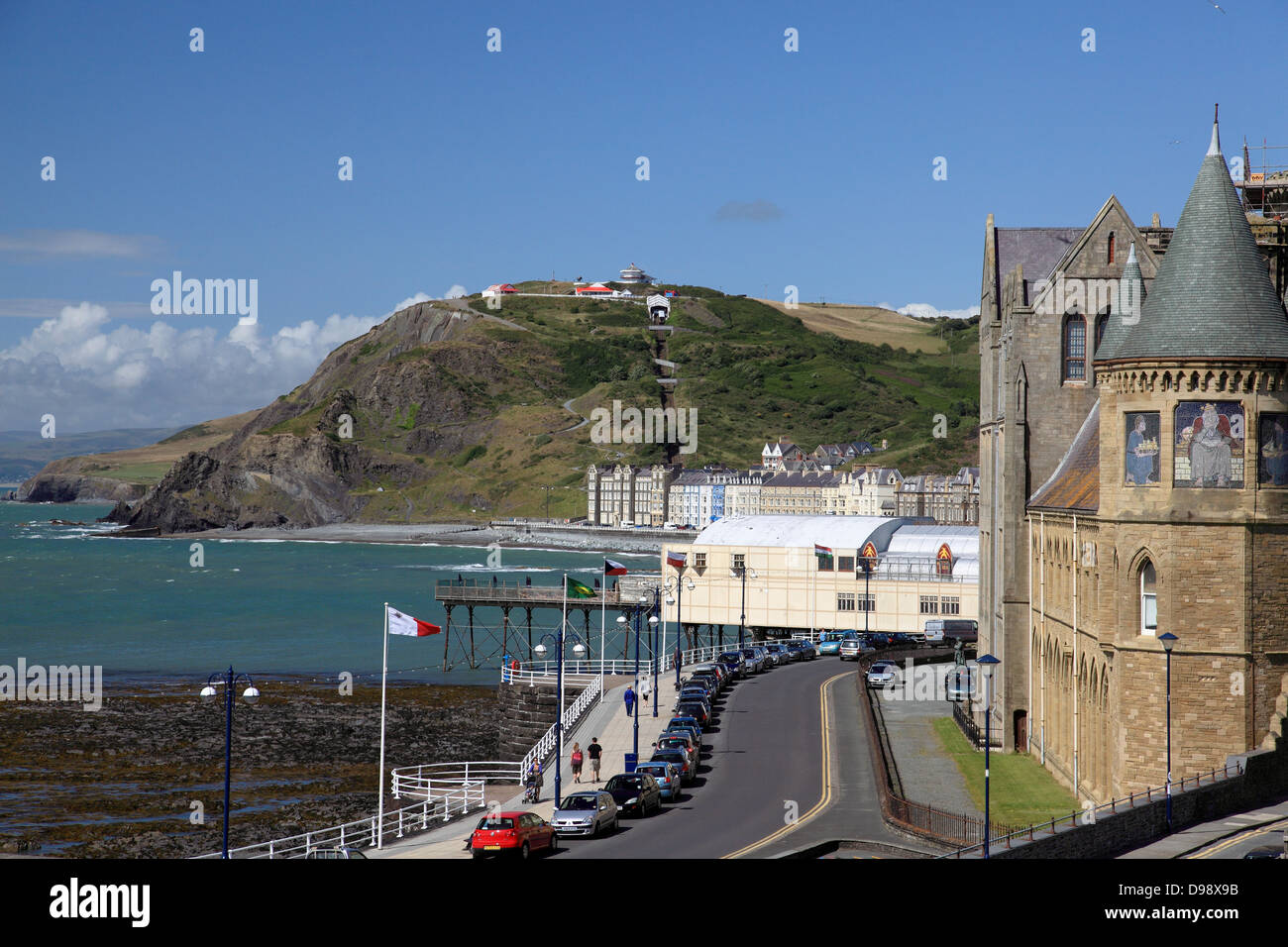 Old College, Aberystwyth, built in 1865, on the right, the pier, centre, and Constitution Hill in the background - Stock Image
