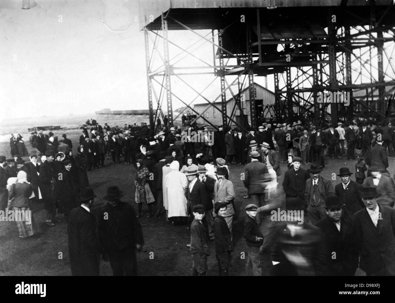Cherry Mine disaster, crowd at mouth of shaft. The Cherry Mine Disaster is the name for the events surrounding a - Stock Image