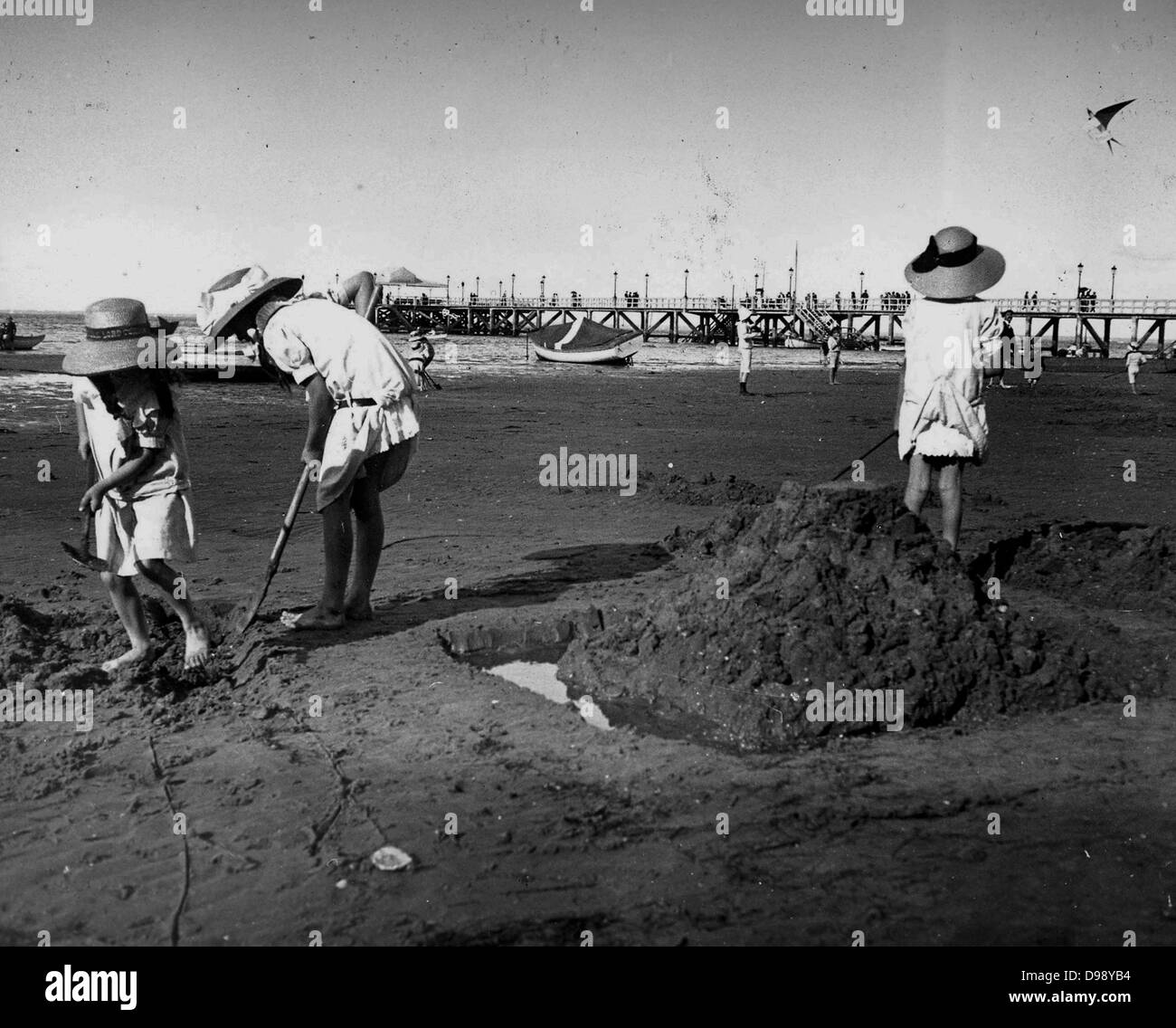 young French children play on a beach. Circa 1900 - Stock Image