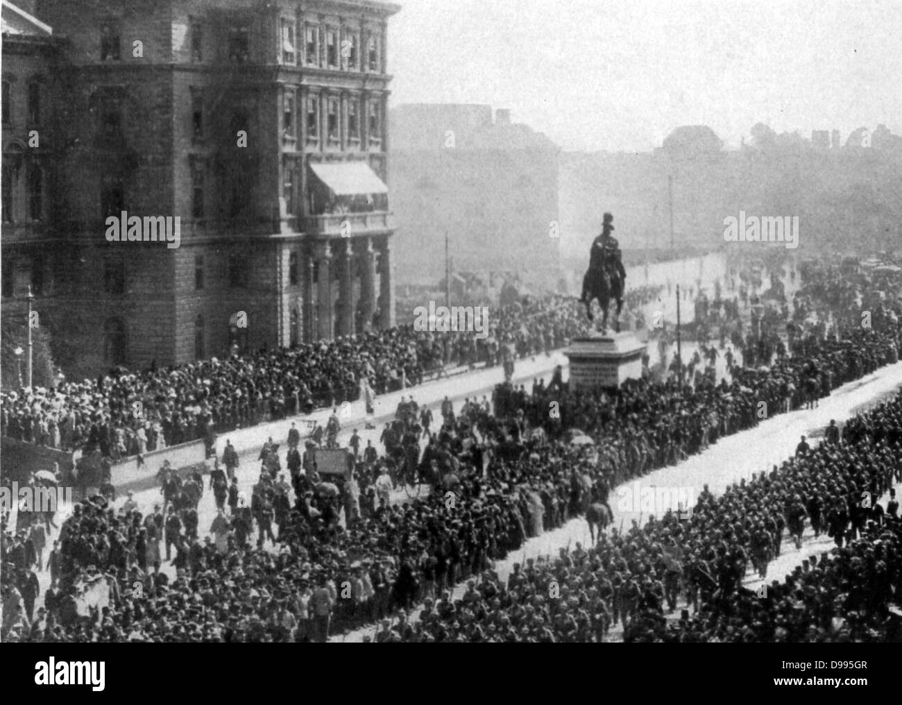 Austro-Hungarian moblization 1914: column of troops marching through Vienna watched by enthusiastic crowds. - Stock Image
