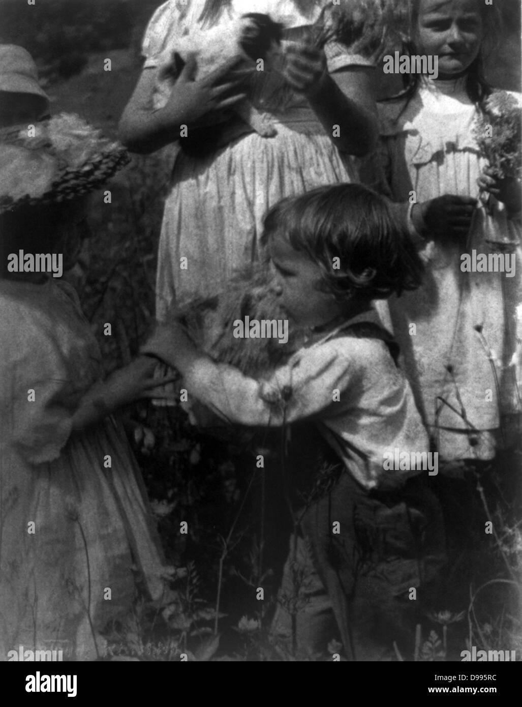 Happy days by  Gertrude Käsebier,  1852-1934, photographer:  Photograph shows four children - Stock Image
