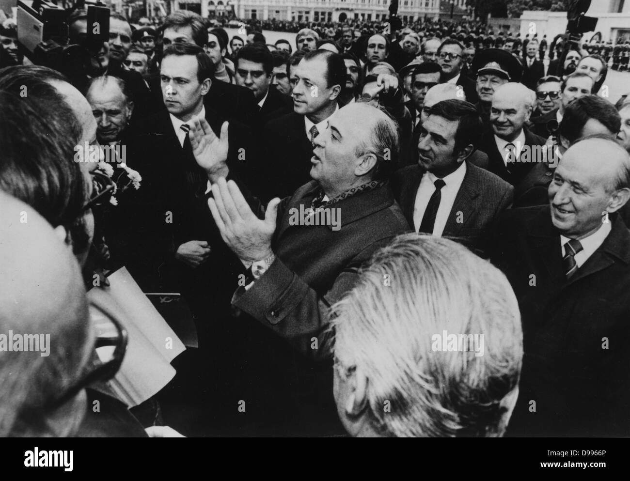 Mikhail Gorbachev taking questions from a crowd on the streets of Moscow. - Stock Image