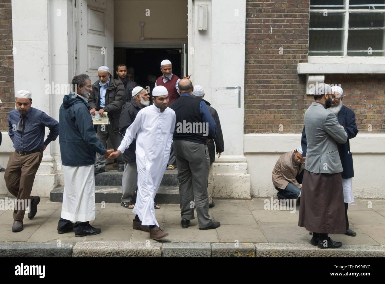Muslim men leaving Friday Prayers Jamme Masjid Mosque Brick Lane London E1. HOMER SYKES - Stock Image