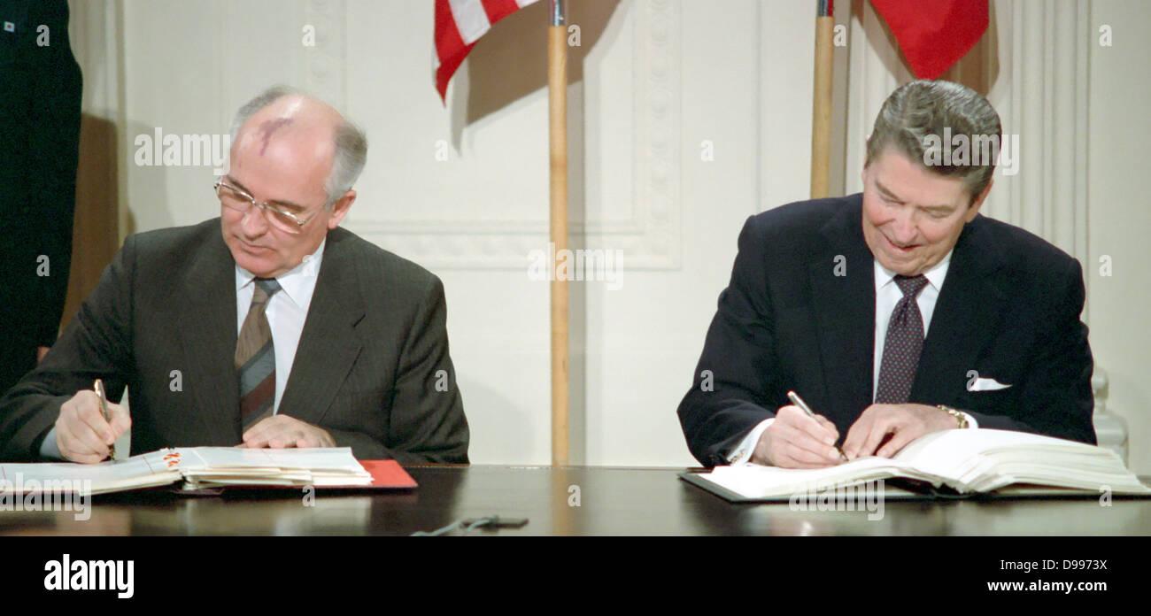 Soviet leader Mikhail Gorbachev and US President Ronald Reagan signing the INF Treaty 1987 - Stock Image