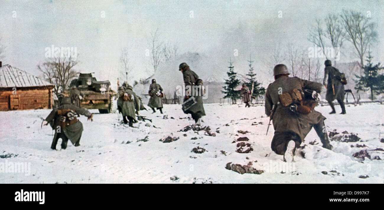 World War II - Russian Front:  German infantry, pioneers and armoured cars on the outskirts of Moscow moving through - Stock Image