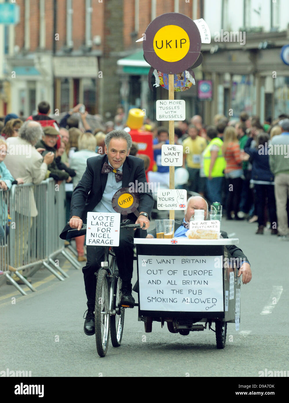 16.6.13 UK Kington Wheelbarrow Race  (Beer and Barrows). PIC BY MARK ANDREWS Hundreds of people packed the streets - Stock Image