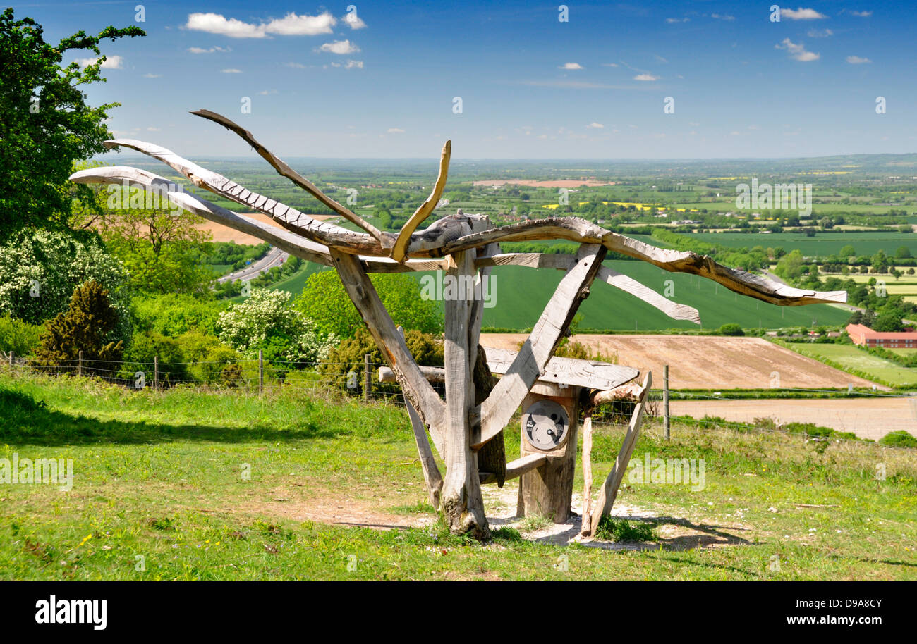 Oxon - Chiltern Hill - Beacon Hill - modern wooden sculpture - hilltop location - early summer sunshine + colours Stock Photo