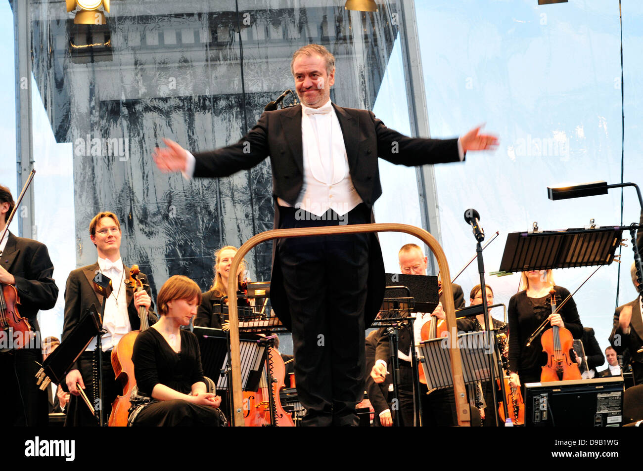 The principal conductor of the London symphony orchestra, Valery Gergiev  acknowledges the audience. Trafalgar Square, - Stock Image