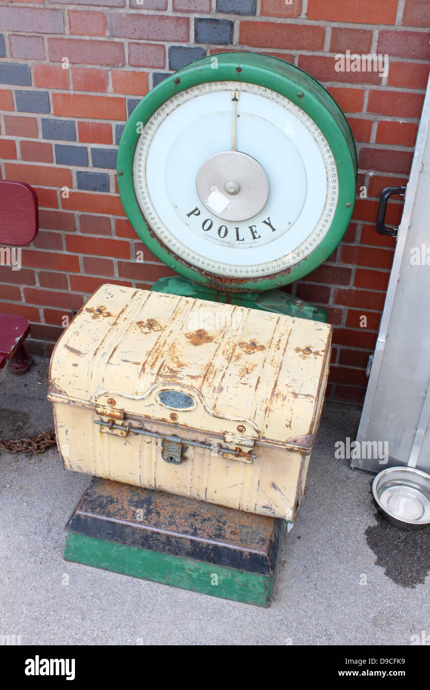 retro scales and luggage at Kingsley and Froghall railway station, Staffordshire, England. - Stock Image