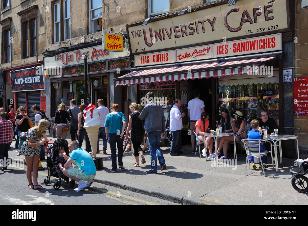 A busy street scene at the University Café on Byres Road, Glasgow, Scotland, UK - Stock Image