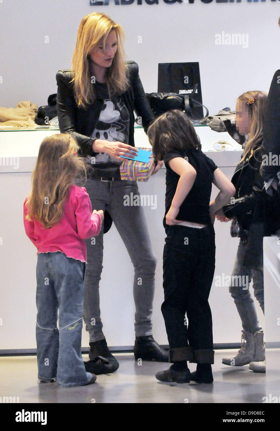 Kate Moss shopping with her daughter Lila Grace and Lila's friends at Zadig & Voltaire in Central London - Stock Image