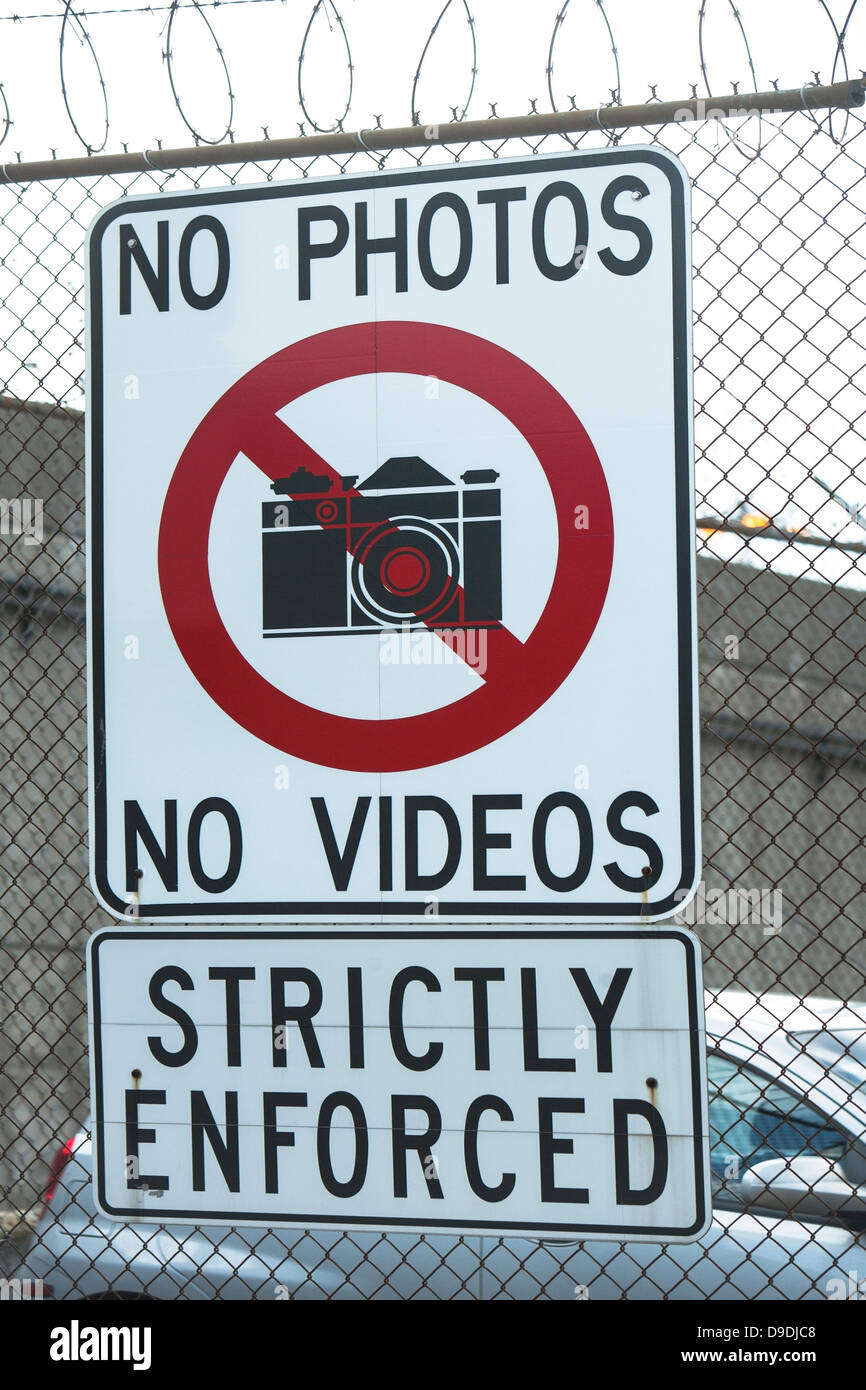 No photography sign on wire fence - Stock Image