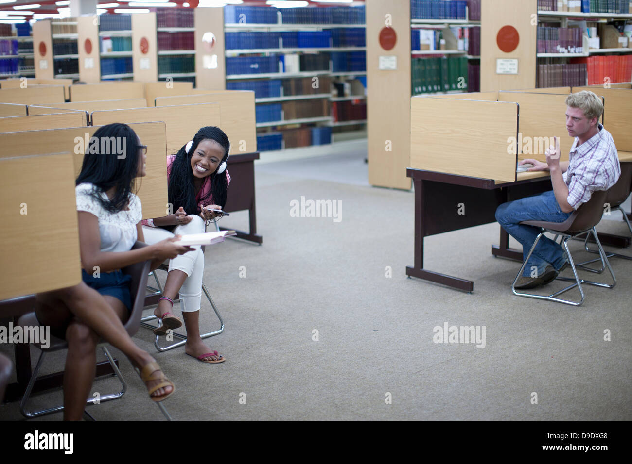 Student in library cubicles - Stock Image