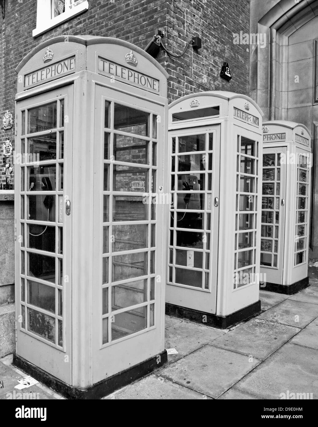 Black and white view of telephone boxes in front of the Royal Academy of Arts, Burlington House, Mayfair, City of - Stock Image