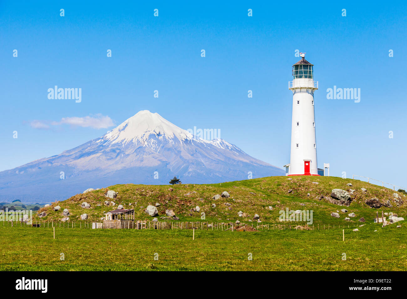 Cape Egmont Lighthouse and Taranaki/Mount Egmont, in the Taranaki Region of New Zealand Stock Photo