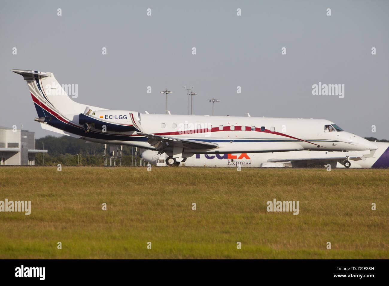 Aerodynamics Embraer ERJ-135BJ Legacy 600 slowing down after landing - Stock Image
