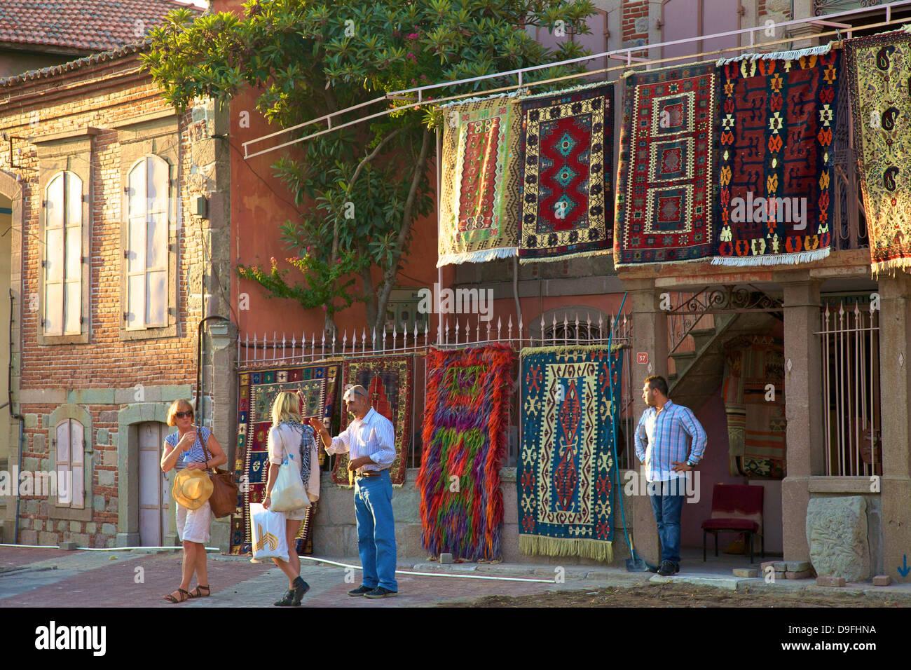 Carpet shop with tourists, Pergamum, Anatolia, Turkey Minor, Eurasia - Stock Image
