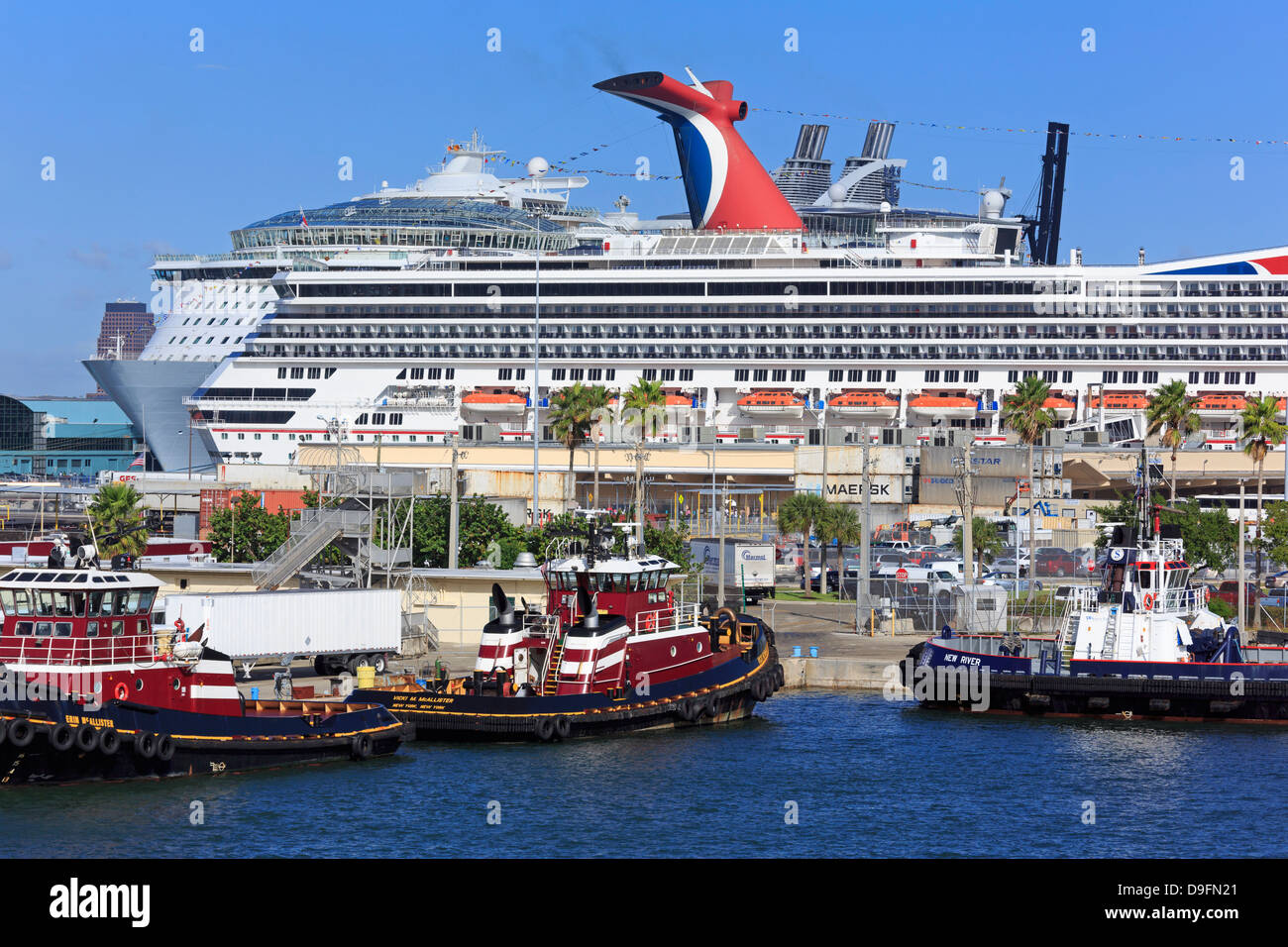 Tugboats and cruise ships in Port Everglades, Fort Lauderdale, Florida, USA - Stock Image